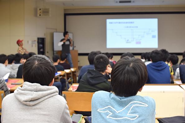 「ビッグイシュー日本」のスタッフ・販売者による講義